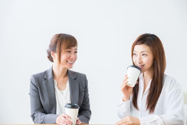 女性二人で仲良くコーヒーを飲んでいる写真